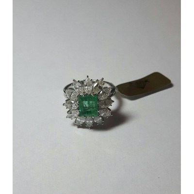 Ring white gold, emerald and diamonds